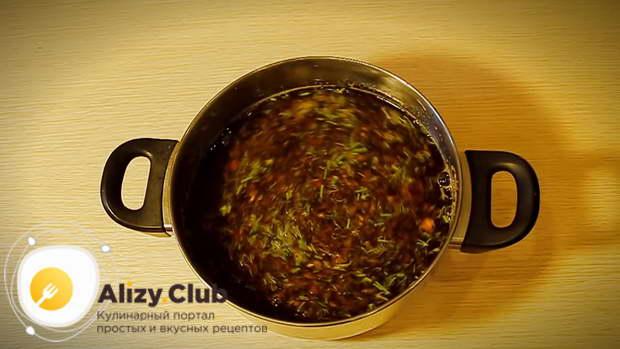 На терке натереть 2 помидора, смешать их со 150 г соевого соуса, 1,5 л воды, добавить по 1 ч. л. соли, сахара и уксуса