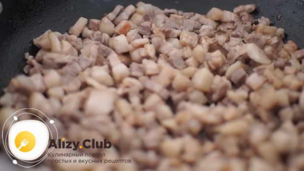 Нарезать маленькими кубиками или тонкими полосками 700 г мякоти свинины