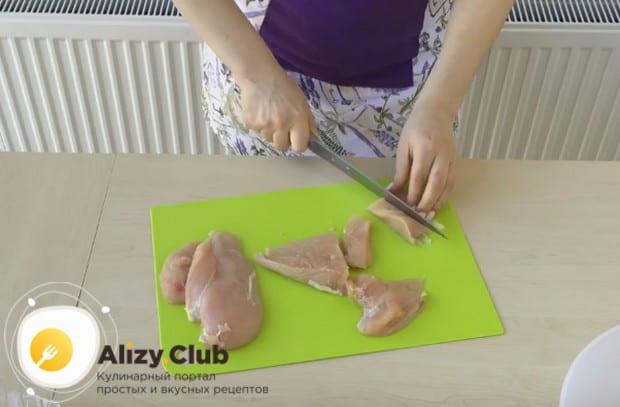 Нарезаем филе небольшими продолговатыми кусочками.