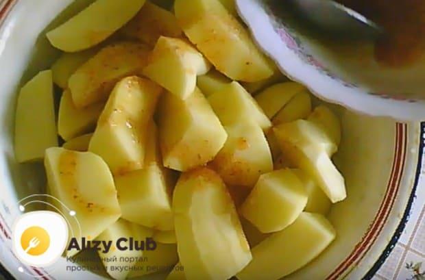 Картофель заправляем оставшимся маринадом.