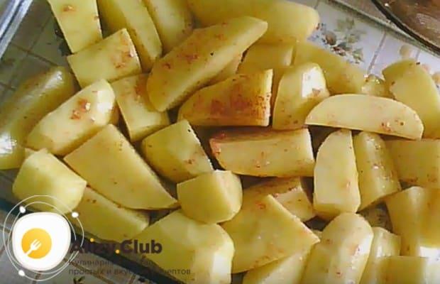В форму для запекания выкладываем картошку.