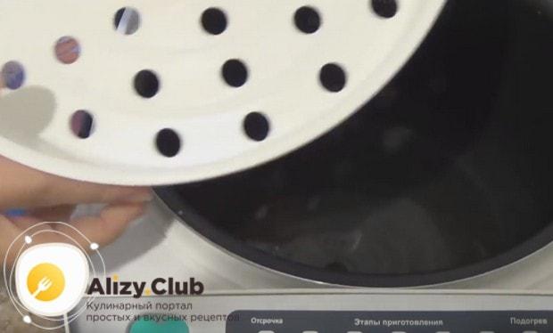 В мультиварку наливаем воду и устанавливаем корзинку для готовки на пару.