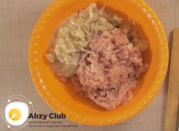 Смешиваем все ингредиенты в одной миске, добавляем соль и перец.