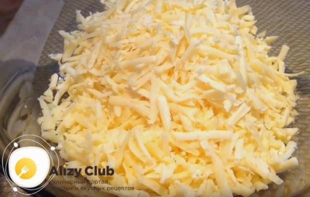 На крупной терке трем твердый сыр.