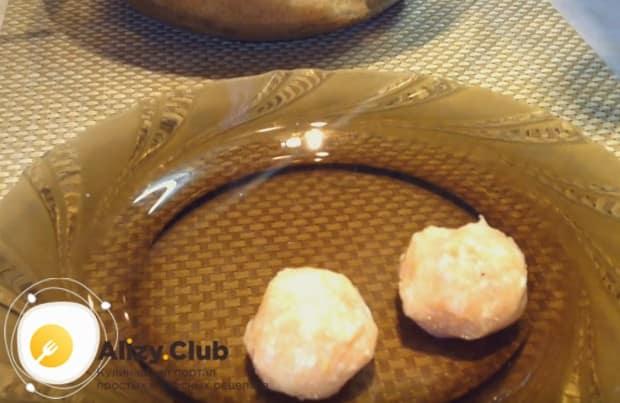 Формируем из фарше маленькие шарики и выкладываем их на тарелку.