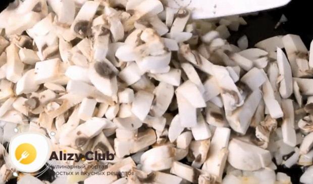 Для приготовления куриного рулета, по рецепту, обжарьте грибы