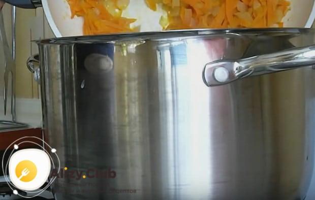 Готовую зажарку перекладываем в суп.
