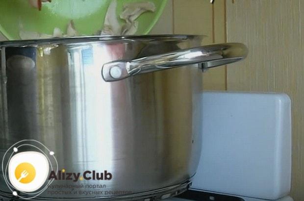 Куриную ножку разделываем на кусочки и отправляем их в суп.