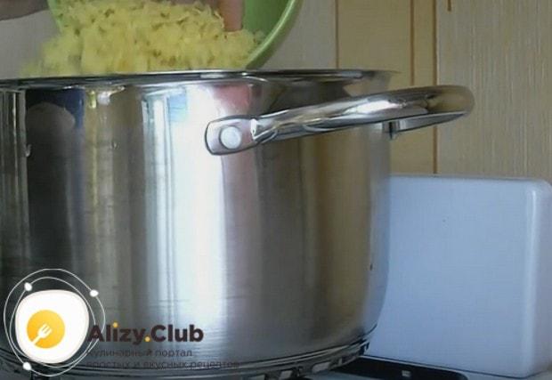 Последними добавляем в кастрюлю макароны.
