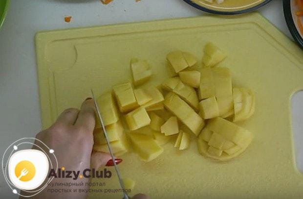Картошку режем небольшими кусочками.