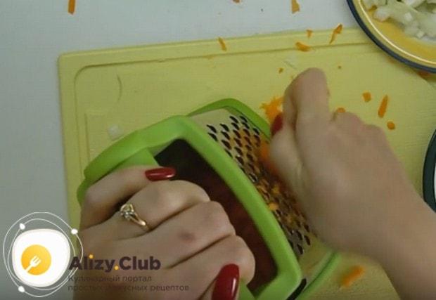 Натираем на терке морковку.
