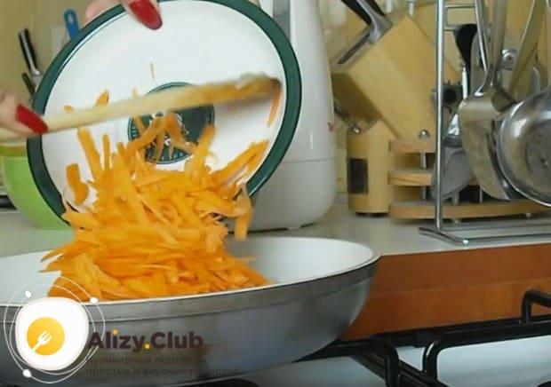 Добавляем к луку морковь, перемешиваем.
