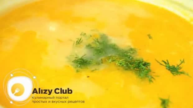 Для приготовления куриного супа с пшеном, добавьте зелень