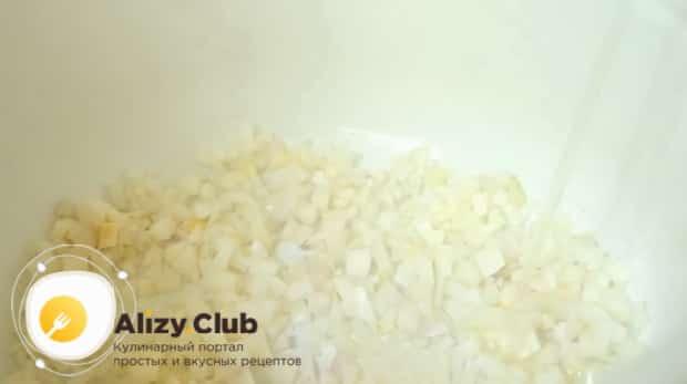 Для приготовления куриного супа с пшеном, нарежьте лук