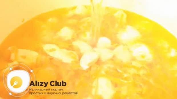 Для приготовления куриного супа с пшеном, добавьте воду