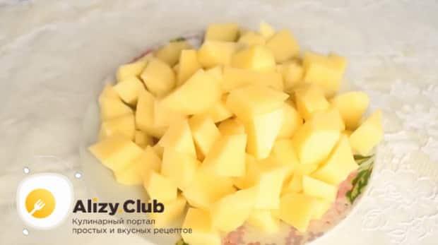 Для приготовления куриного супа с пшеном, нарежьте картофель