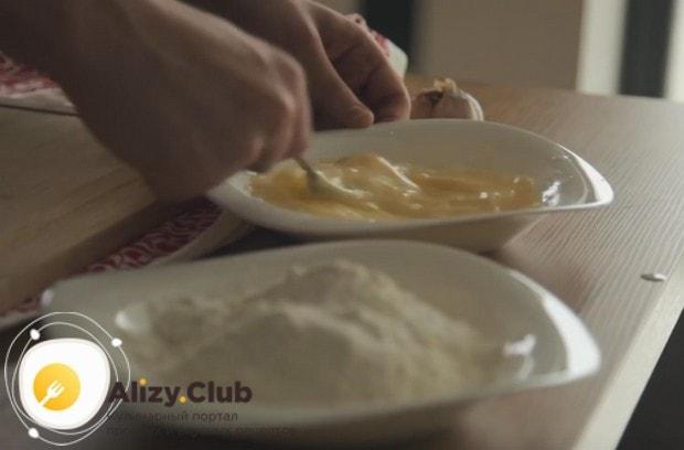Чтобы приготовить куриные грудки в соусе терияки, нам понадобится также взбитое с молоком яйцо.