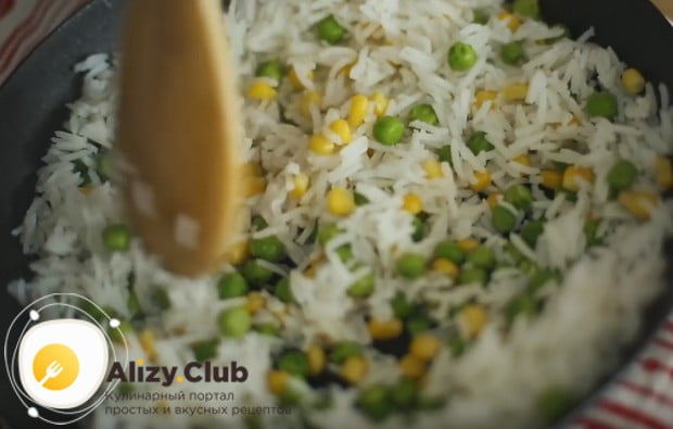 Перемешиваем овощи с рисом.
