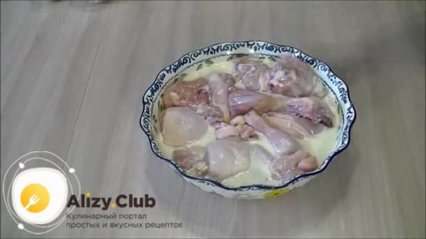 Залейте мясо заливкой для приготовления курицы в сливочно грибном соусе