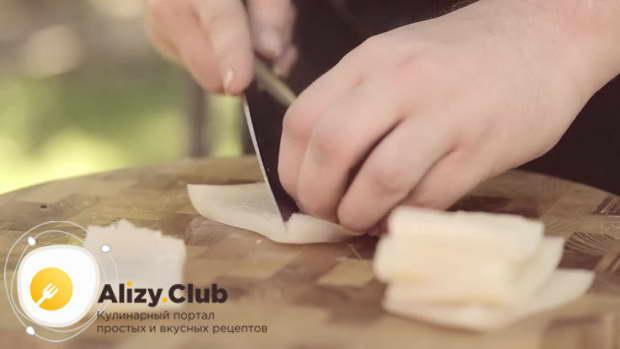 Очищенную тушку кальмара весом 100 г разрезаем на 6 прямоугольников
