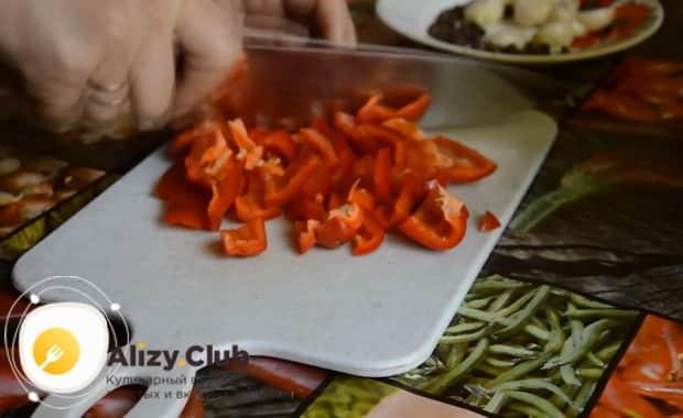 Нарежьте перец для приготовления лечо по болгарски без уксуса