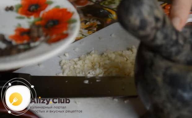 Приготовьте специи для приготовления лечо из перца и помидор без уксуса