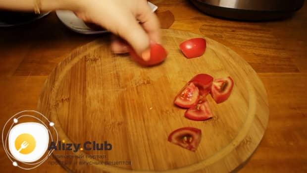 Перед тем как сделать лечо в мультиварке, нарежьте помидоры.