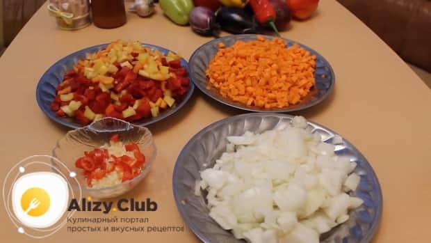 Для приготовления лечо из перца и помидоров и фасоли, нарежьте овощи