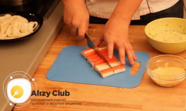 Для приготовления закуски к пиву в домашних условиях, нарежьте крабовые палочки
