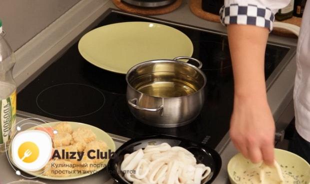 Для приготовления закуски к пиву в домашних условиях, нарежьте кальмары