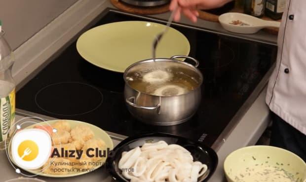 Для приготовления закуски к пиву в домашних условиях, обжарьте кальмары во фритюре.