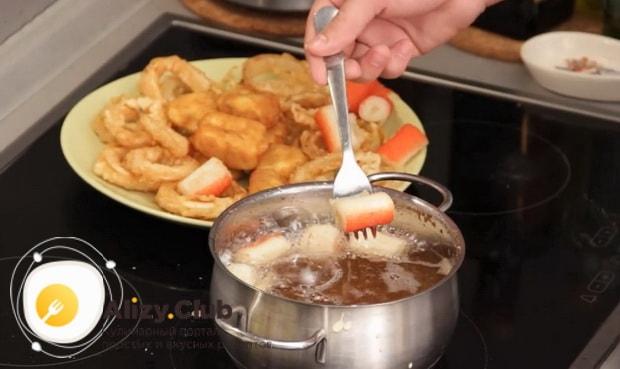 Для приготовления закуски к пиву в домашних условиях, обжарьте крабовые палочки