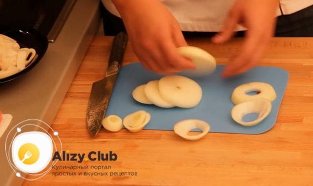 Для приготовления закуски к пиву в домашних условиях, разрежьте лук