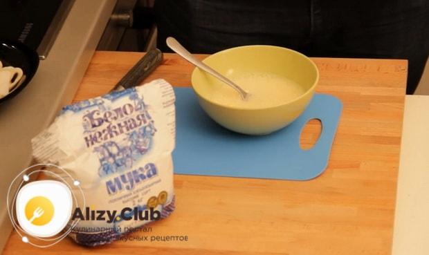 Для приготовления закуски к пиву в домашних условиях, добавьте муку
