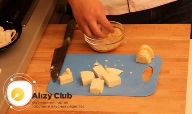 Для приготовления закуски к пиву в домашних условиях, нарежьте сыр