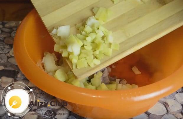 Селедку и картошку отправляем в глубокую миску.