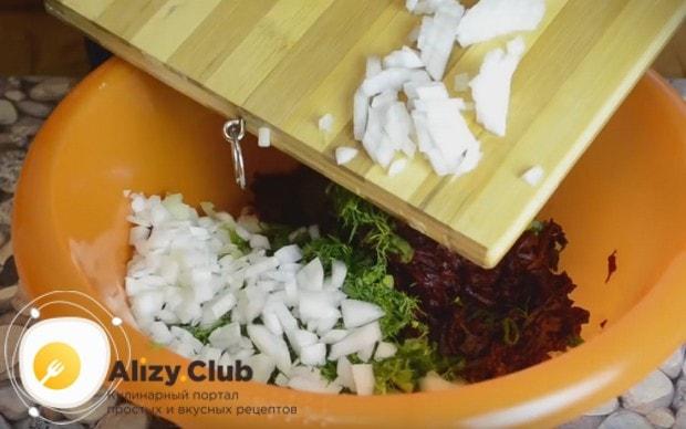 Добавляем нарзанный лук к остальным компонентам блюда.