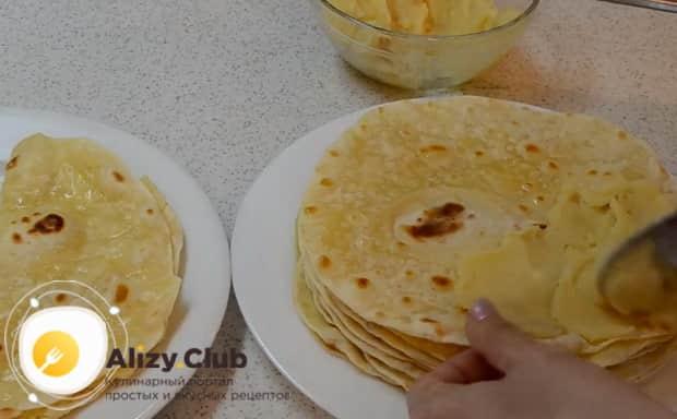 Выложите начинку для приготовления татарского блюда кыстыбый с картофелем