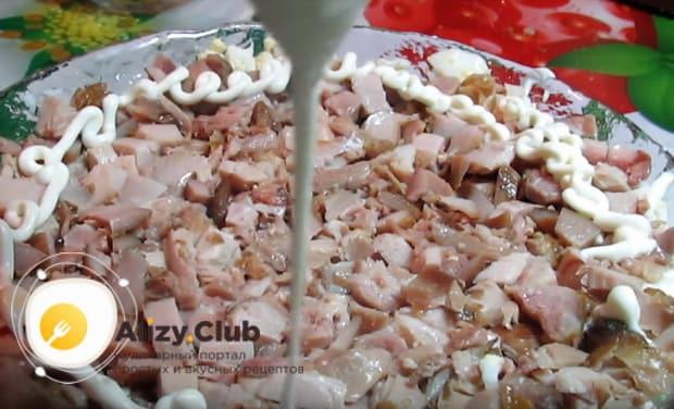 Выкладываем курицу на яйца