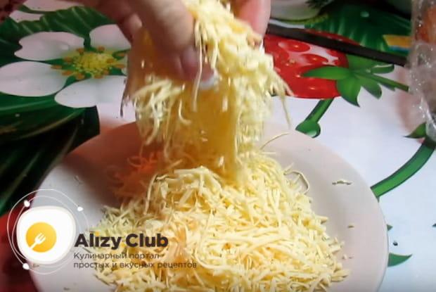 Натираем на средней терке сыр