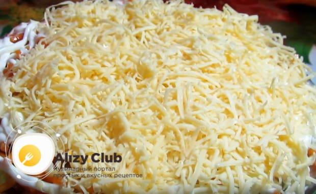 Выкладываем сыр в салатник последним слоем