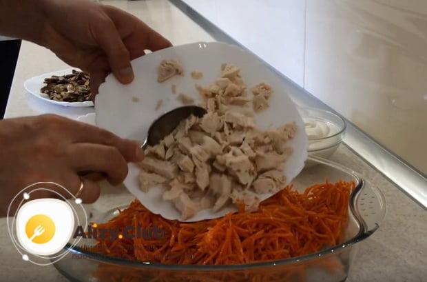к корейской морковке выкладываем куриное филе
