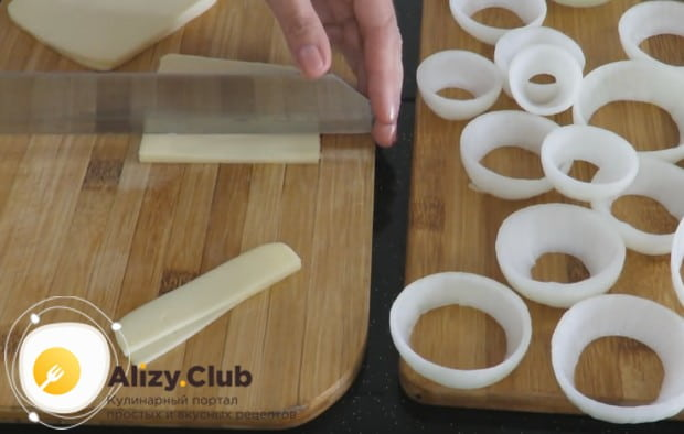 Тонкими полосочками режем моцареллу.