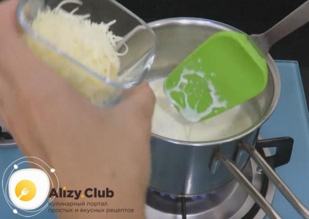 Добавляем в соус моцареллу и пармезан, натертые на терке.