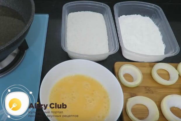 В отдельных емкостях взбиваем яйца и подготавливаем панировочные сухари и муку.