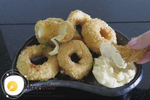 Кольца лука в кляре с сыром подаем с ароматным соусом!