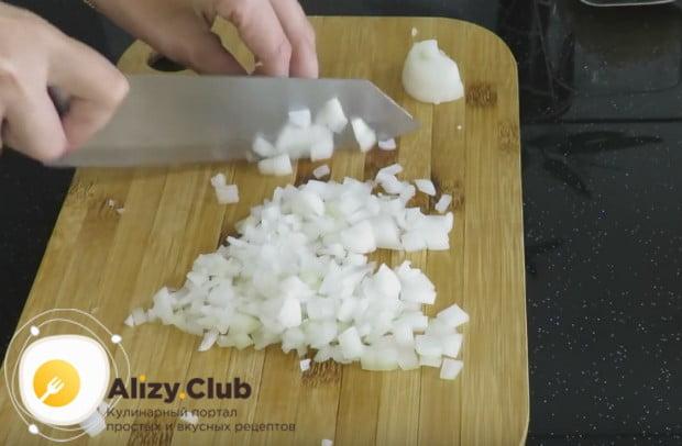 Измельчаем лук, который понадобится нам для приготовления соуса.