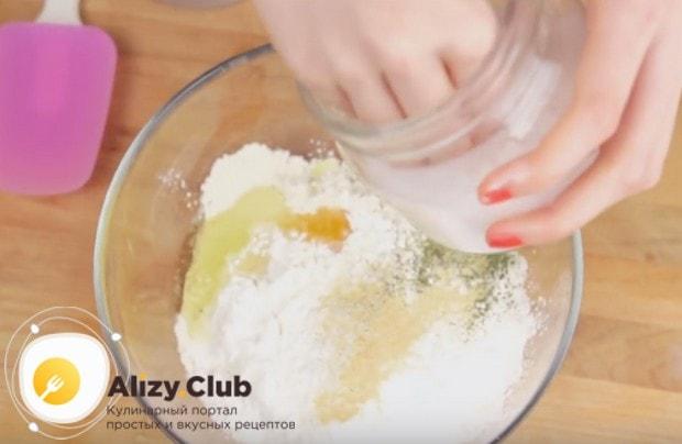 Добавляем соль, сушеный чеснок и петрушку.
