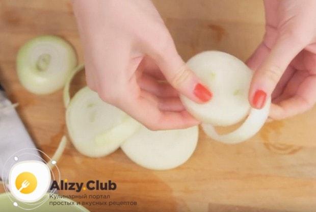 Нарезаем луковицу на толстые кольца.