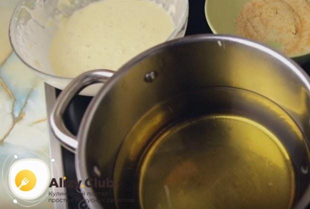 Разогреваем в кастрюльке или сковороде растительное масло.